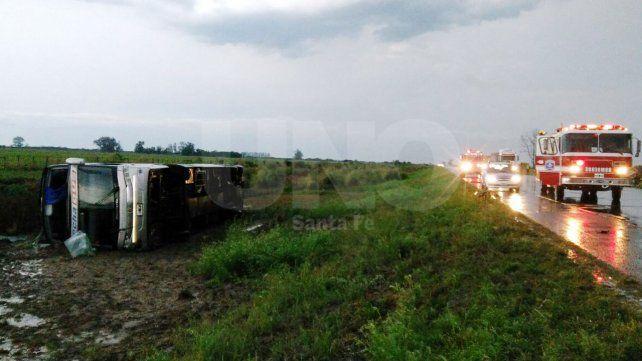 Volcó un colectivo con 35 pasajeros sobre la autovía nº19