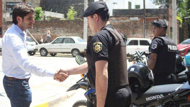 Entregaron motos y camionetas para patrullar el departamento La Capital