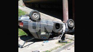 Perdió el control del vehículo y cayó desde un puente de la avenida de la Constitución