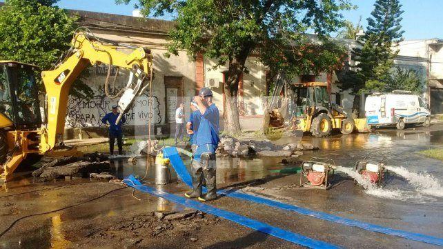 Assa trabaja intensamente en la reparación de una cañería en Candioti Sur