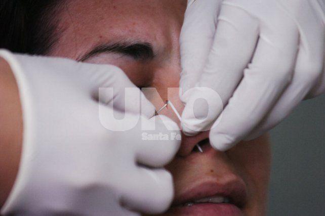 Perforación. Un arito en la nariz habría sido la puerta entrada del germen que puso en riesgo la vida de la joven.
