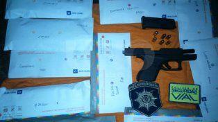 Los elementos secuestrados durante el operativo policial.