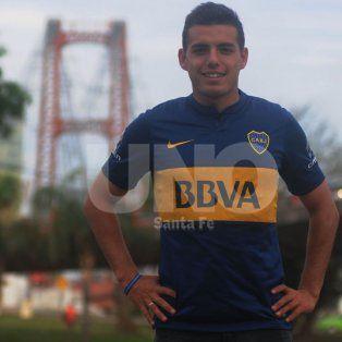 Facundo posando con la camiseta de Boca, detrás el Puente Colgante.