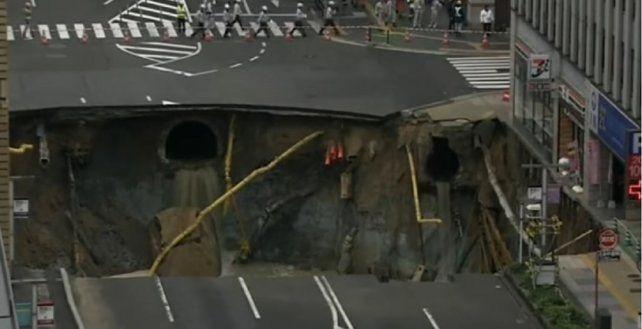 Un socavón se traga una avenida en Japón