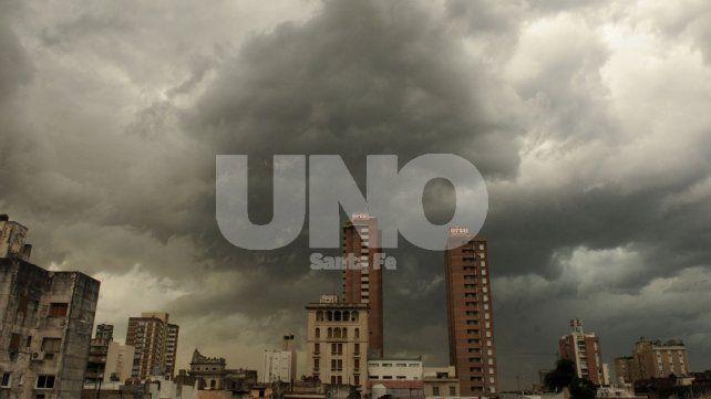 Llovió intensamente en la ciudad y continúa el alerta meteorológico por tormentas fuertes