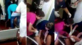 La hicieron esperar y dio a luz en el piso de la guardia del Hospital