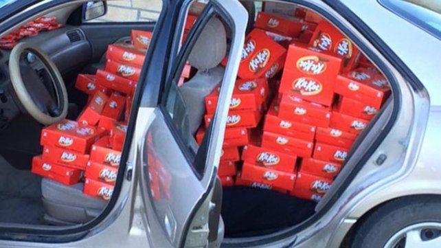 Le abren el auto para robarle un chocolate y la empresa le envía una súper  recompensa