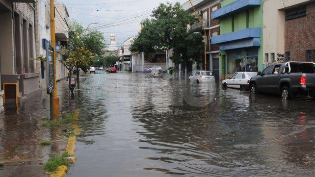 Intenso. En la capital las estaciones meteorológicas registraron 25 mm de lluvia en diez minutos.