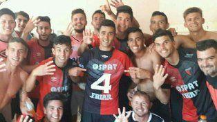 Los jugadores celebraron la victoria en el vestuario.