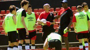 Paolo Montero le da indicaciones a sus dirigidos en medio del segundo partido que jugaron los titulares.