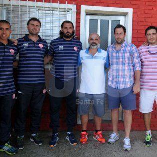 Juan Pablo Pumpido junto a su grupo de trabajo y el dirigente Marcelo Piazza, en el partido de Liga.