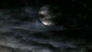 Las nubes taparon la superluna de este domingo