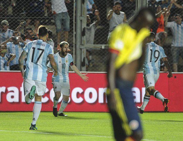 Lionel Messi convirtió un golazo de tiro libre en el arranque del partido en San Juan