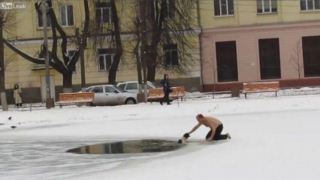 Salvó a un perro que se estaba ahogando en un lago congelado
