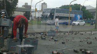 Un camión que transportaba cervezas perdió su carga en plena avenida Alem