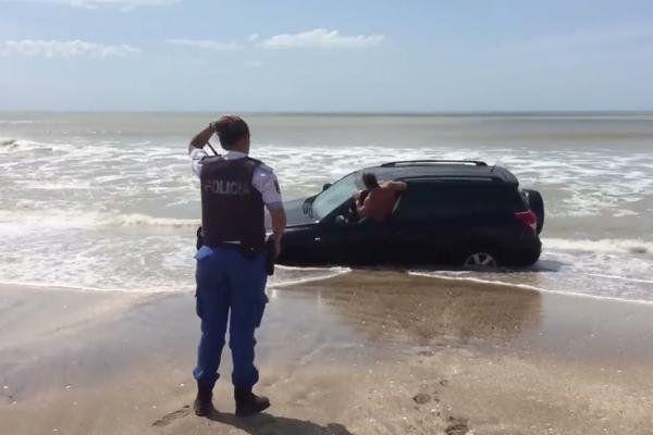 Estaban alcoholizados y quedaron varados en la arena mientras subía la marea