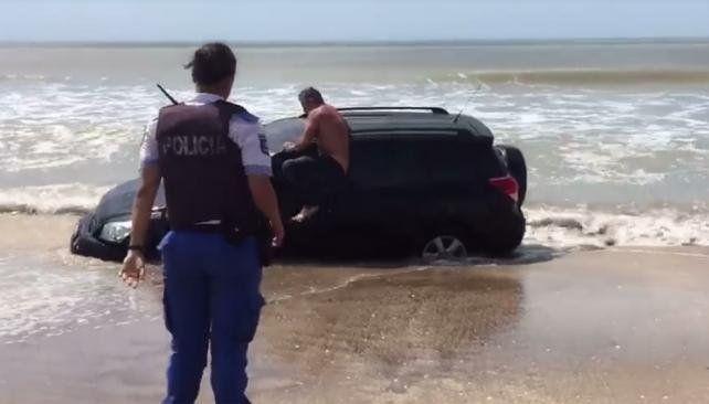 Borrachos y con calor: una camioneta encalló en el mar y sus ocupantes no querían ser rescatados