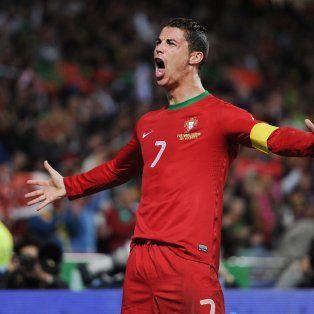 cristiano ronaldo: el dia de la final de la eurocopa desperte con tres rubias en la cama