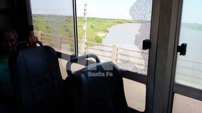 A repetición. Fueron nueve las unidades de la Línea C que sufrieron el impacto de piedras a metros del acceso al Puente Carretero.
