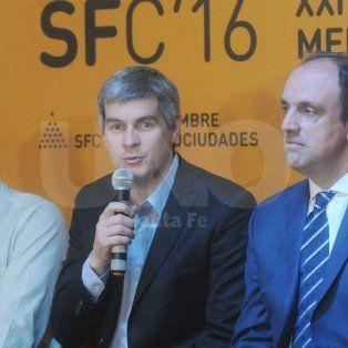 Marcos Peña junto al intendente de la ciudad, José Corral, durante el traspaso de presidencia y cierre de la cumbre de Mercociudades.