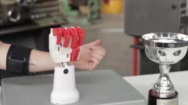 Orgullo santafesino: alumnos de Venado Tuerto crearon una mano robótica