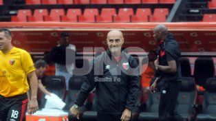 Paolo Montero analiza repetir el equipo para visitar a Huracán.
