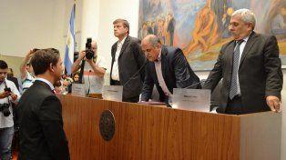 Asunción y despedida. Pignata juró como presidente, y Simoniello con tristeza dejó ese lugar.