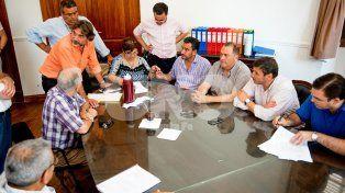 Archivo. Firma del acuerdo 2017 entre los representantes de municipios y comunas y los municipales.