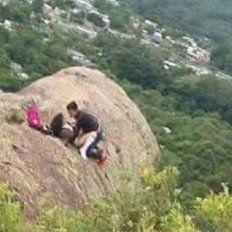 Amor en las alturas: tuvieron sexo sobre una roca y los escracharon