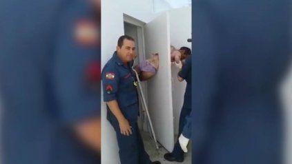 Un ladrón queda atrapado al intentar escapar por un hueco de 30 centímetros