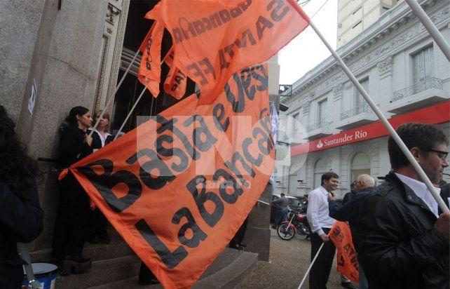 Los bancarios anunciaron un paro total de actividades para el viernes 17