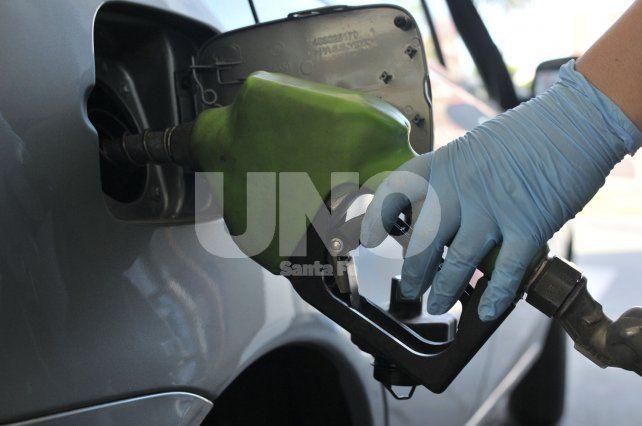 Nuevo golpe al bolsillo: las naftas aumentaron en promedio $1 por litro