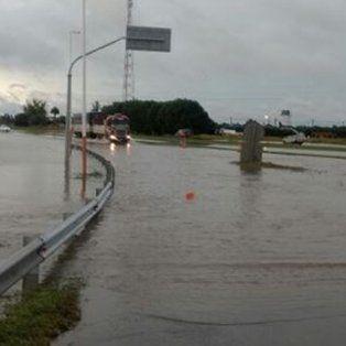la autopista a rosario-buenos aires esta cortada y hay varias rutas anegadas por el temporal