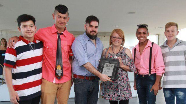 Representantes. Los integrantes del grupo se mostraron contentos por el reconocimiento. En la ceremonia recibieron la placa de manos del jefe de Redacción de UNO Santa Fe