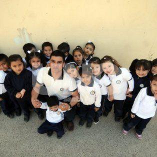 Martín Peiteado. El docente posó junto a sus alumnitos del Jardín Ceferino Namuncurá de la escuela del barrio Yapeyú.