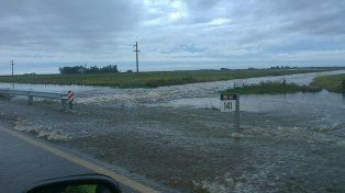 Monitorean el drenaje de agua en la ruta nacional 34