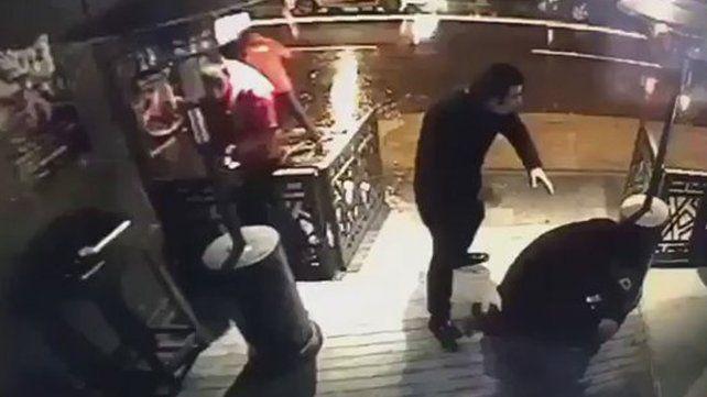 El momento en que el atacante de Turquía comienza a disparar en boliche