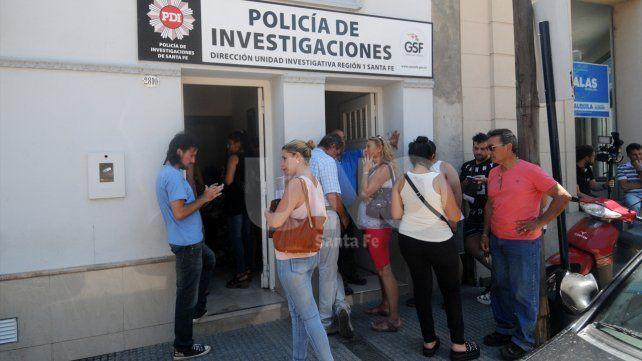 Indignados. Ayer los damnificados hicieron la denuncia en la Policía de Investigaciones.