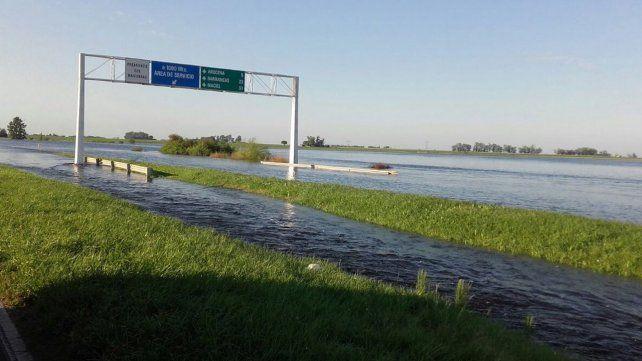La Autopista Rosario Santa Fe está cortada por el agua sobre la calzada.