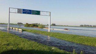 El agua sigue complicando rutas y en la autopista el corte fue total