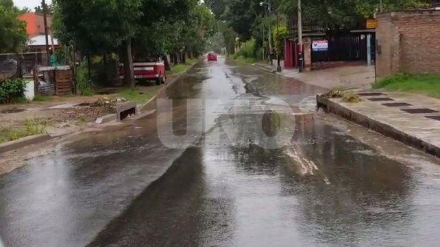 Así está la calle principal de ingreso a Rincón tras el chaparrón.