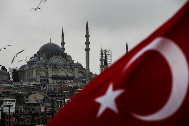En Turquía destituyeron a unos 8.000  funcionarios
