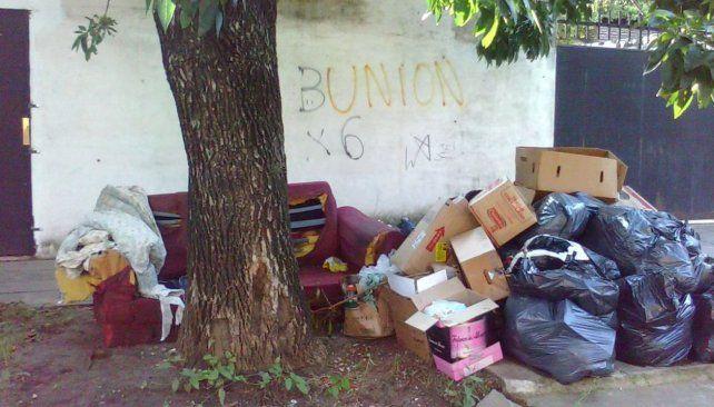 Malestar de vecinos por basura acumulada en Candioti Norte