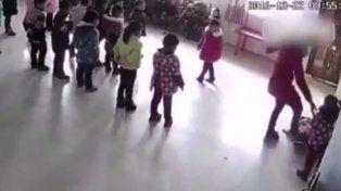 El impactante video de una docente de jardín de infantes golpeando a dos alumnas
