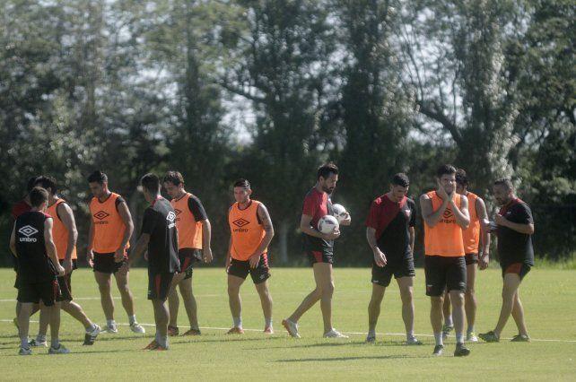 Eduardo Domínguez en medio de los futbolistas durante el entrenamiento matutino que se llevó a cabo ayer en el predio rojinegro.