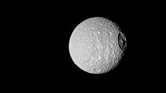 La imagen de la luna Mimas de Saturno