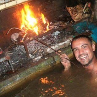 de buen humor en pleno desastre: amigos hicieron un asado bajo el agua