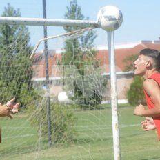 Rostand y Chancalay son dos de las jóvenes promesas de Colón que se entrenan en Reserva y sueñan con llegar a Primera División.