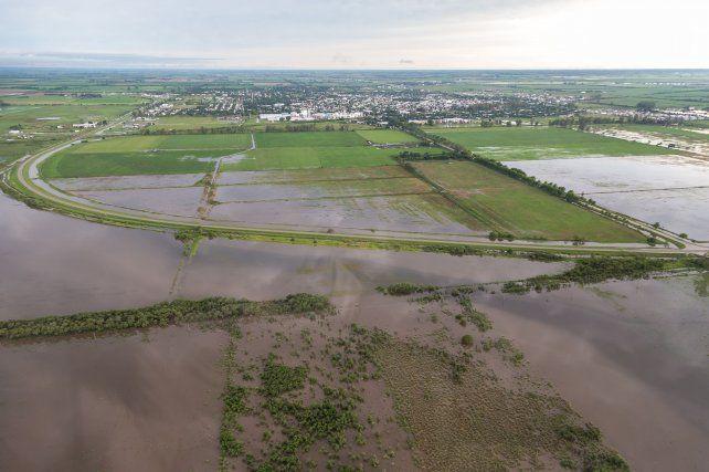 Impacto. El agua dejó aisladas a numerosas localidades y generó cuantiosas pérdidas