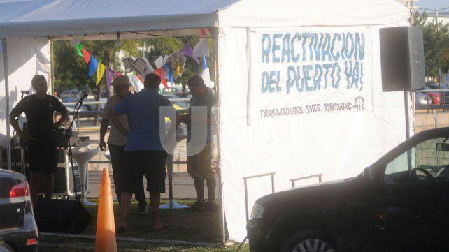 Los trabajadores instalaron una carpa en el Puerto